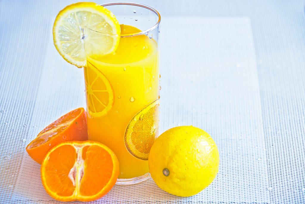 Imagem de um copo de suco de laranja.