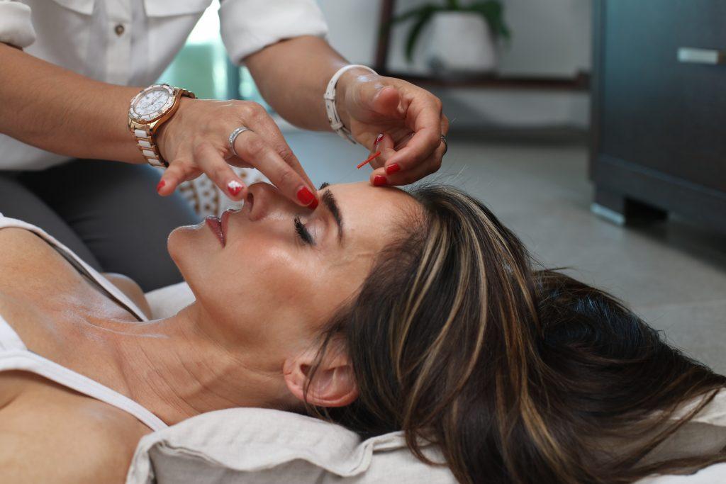 Imagem de uma mulher passando por um tratamento estético.
