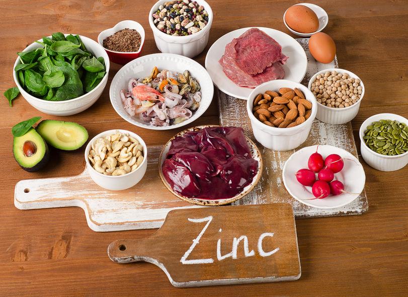 Comida na mesa com sinal de zinco